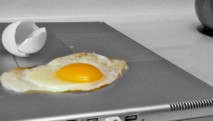 Máy tính xách tay nóng quá thì sao chúng ta không tận dụng nguồn nhiệt để chiên trứng luôn