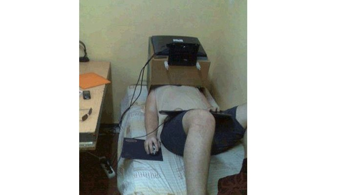 Nằm dùng máy tính