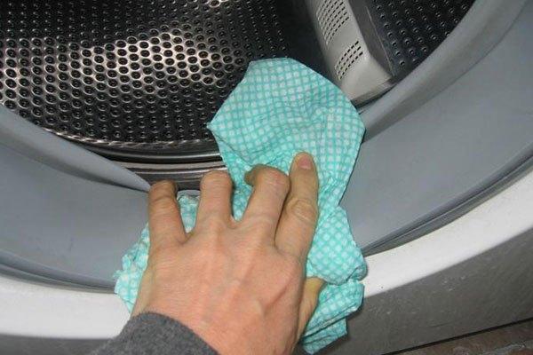 Dùng clo lỏng và nước ấm để vệ sinh máy giặt cửa trước