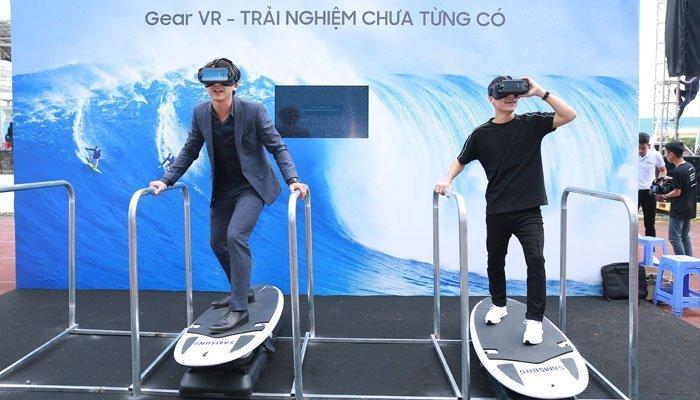 Các diễn viên vô cùng hứng thúc với kính thực tế ảo