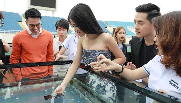 Đông Nhi đang thử nghiệm độ chống nước của điện thoại Galaxy S8