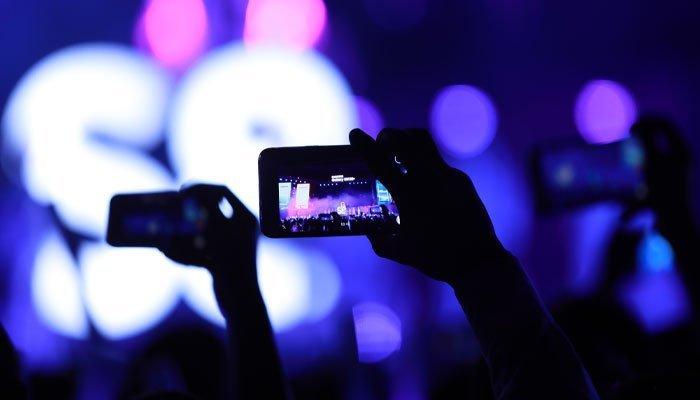 Các bạn trẻ đều lấy điện thoại ghi lại các khoảnh khắc đẹp trong đại tiệc công nghệ giới thiệu điện thoại Galaxy S8