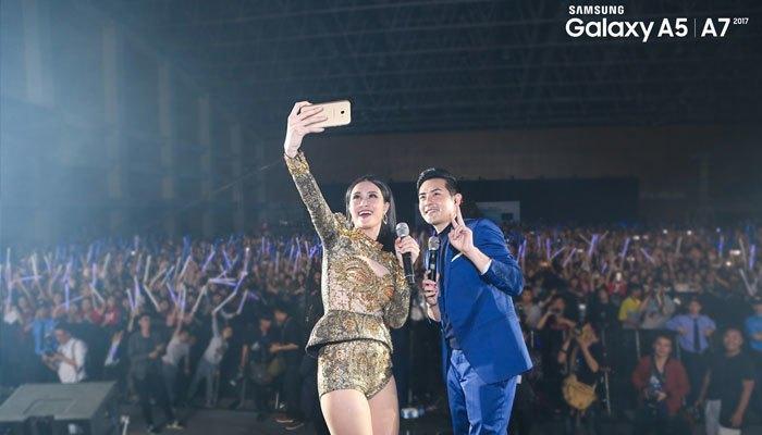 Đông Nhi và Ông Cao Thắng tự tin dùng điện thoại Samsung Galaxy A 2017 chụp hình thách thức mọi ánh sáng