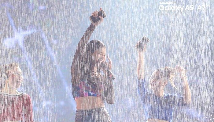 Cô nàng Đông Nhi cũng không ngần ngại trình diễn cùng điện thoại Samsung Galaxy A 2017 dưới mưa
