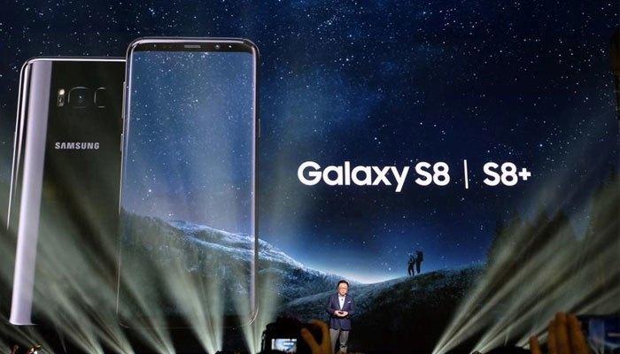 Đại diện Samsung giới thiệu bộ đôi điện thoại Galaxy S8 và Galaxy S8+ tại New York