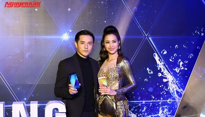 Đông Nhi và Ông Cao Thắng bên cặp đôi điện thoại Samsung Galaxy A 2017
