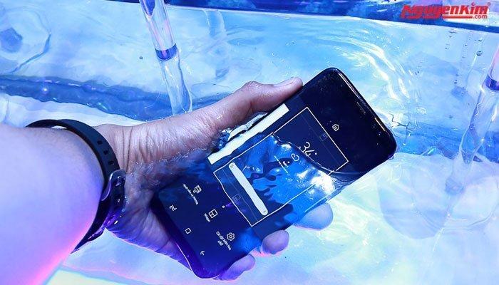 Thử khả năng chống nước điện thoại Galaxy S8