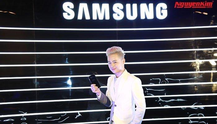 Điện thoại Galaxy S8 trên tay họ trông thật sang trọng và đẳng cấp