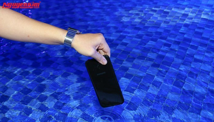 Công nghệ chống nước đầy vượt trội là điểm cuốn hút của điện thoại Samsung Galaxy A 2017 lần này