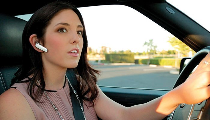 Dùng tai nghe Bluetooth khi lái xe