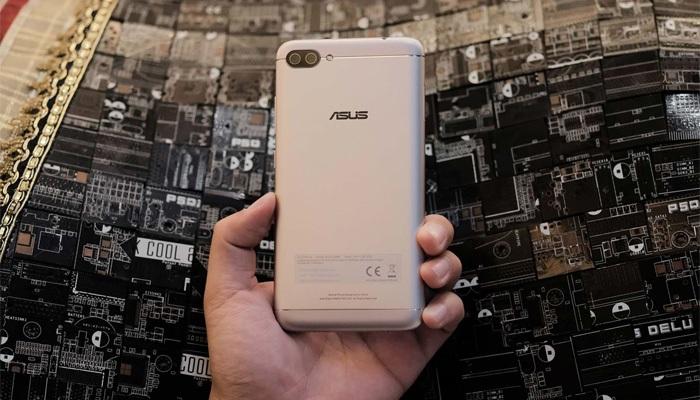 ZenFone 4 Max Pro tích hợp viên pin 5000 mAh, cung cấp thời gian đàm thoại liên tục 40 giờ trên mạng 3G, lướt web 26 giờ, xem video 22 giờ liên tục, và cung cấp thời gian chờ lên tới 46 ngày sau một lần sạc. Ngoài ra, điện thoại còn được hỗ trợ công nghệ sạc nhanh trong vòng 15 phút. Những con số về thời lượng pin vô cùng ấn tượng khiến khó có đối thủ nào có thể vượt qua