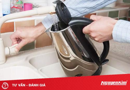 Làm sạch bình siêu tốc nhanh chóng bằng các nguyên liệu rẻ tiền