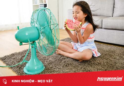 Mùa nóng nên lưu ý điều gì khi dùng quạt điện cho trẻ nhỏ?